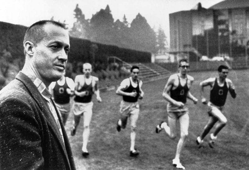Билл Бауэрман и атлеты орегонского университета