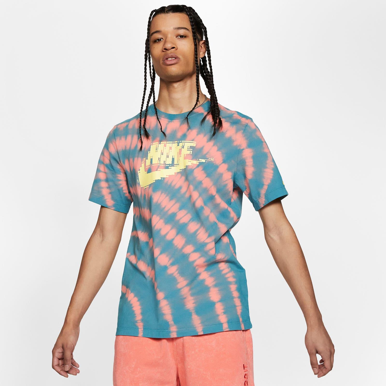 Разноцветная футболка NSW