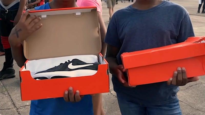 Раздача кроссовок детям