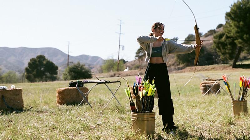 Розалия стреляет из лука