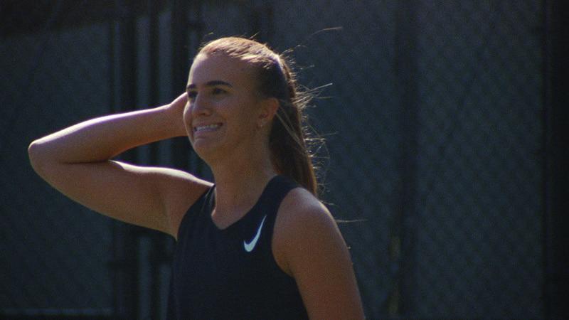 Сабрина Ионеску играет в теннис