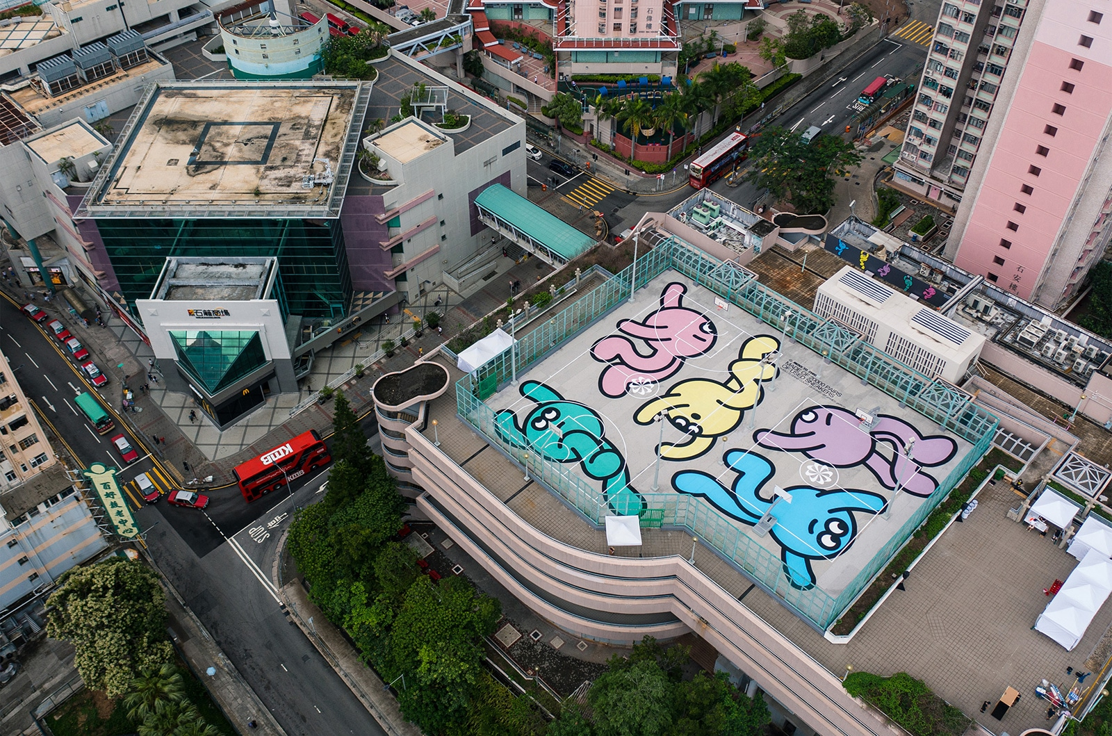 Корт Shek Lei Grind расположен на крыше здания