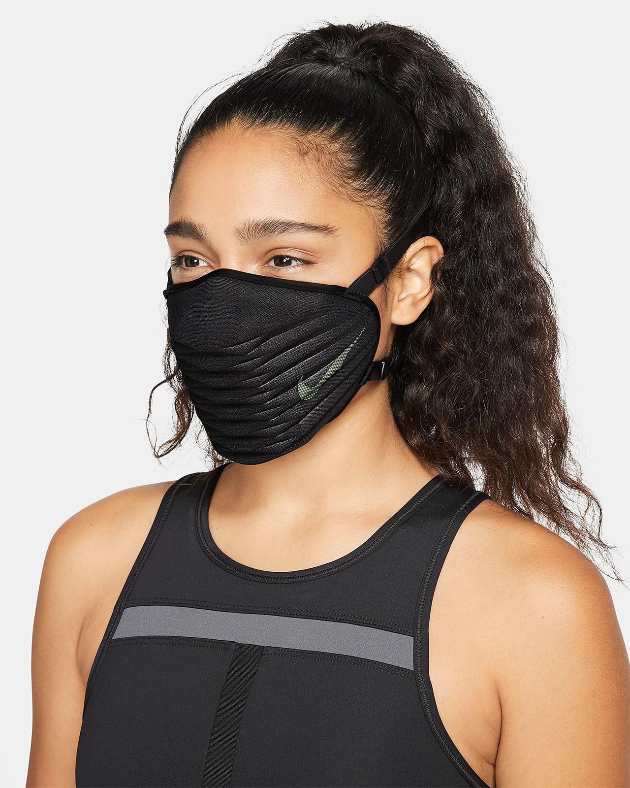 Девушка в маске Nike